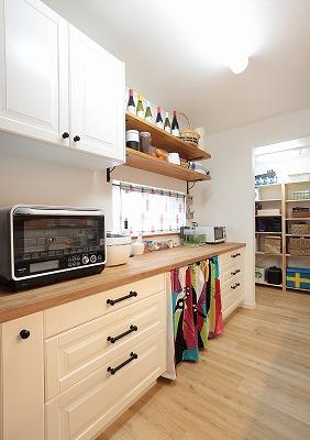 IKEAのカップボードを使用したキッチン収納