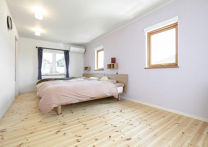 ゆっくり休めるように落ち着いた色に配色した寝室