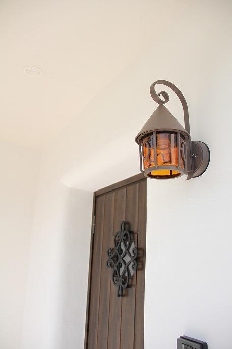 漆喰の玄関とランプ