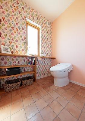 カウンター付きの少し広めのトイレ