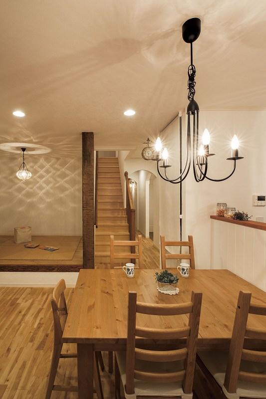 無垢の木 エイジング加工の柱 白い壁 やわらかな光