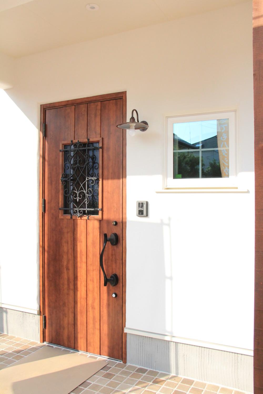 玄関横の窓と小さめタイルが可愛い玄関ポーチ