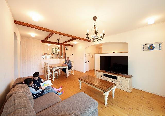 リビングはエイジングの梁や アンティークの家具が目を引く ナチュラルスタイル
