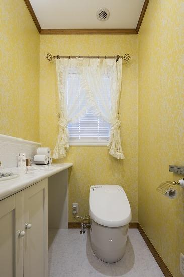 外国の映画に出てきそうな華やかな雰囲気のトイレ