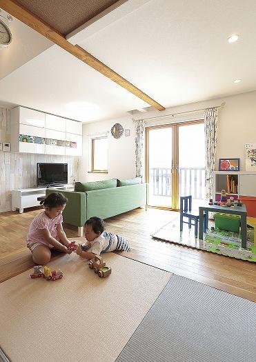 小上がりの畳スペースは 遊びにもお昼寝にも大活躍