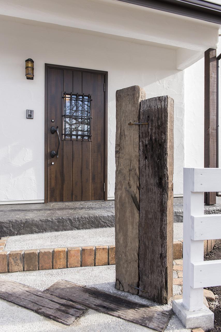 枕木を立てた門柱