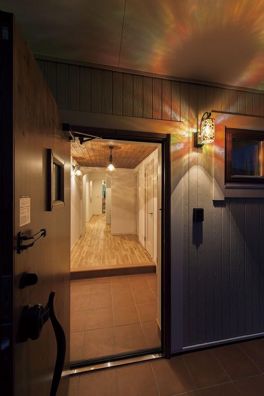 幻想的な光が出迎える玄関