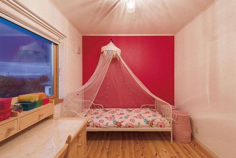 ピンクのアクセントカラーと大きな木製サッシが可愛い子供部屋