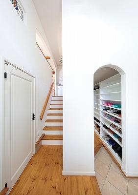 玄関まわりも漆喰の壁で明るい空間