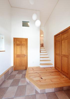 玄関は高さがあり広い空間