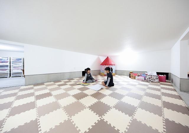 子どもたちの遊び場の床蔵