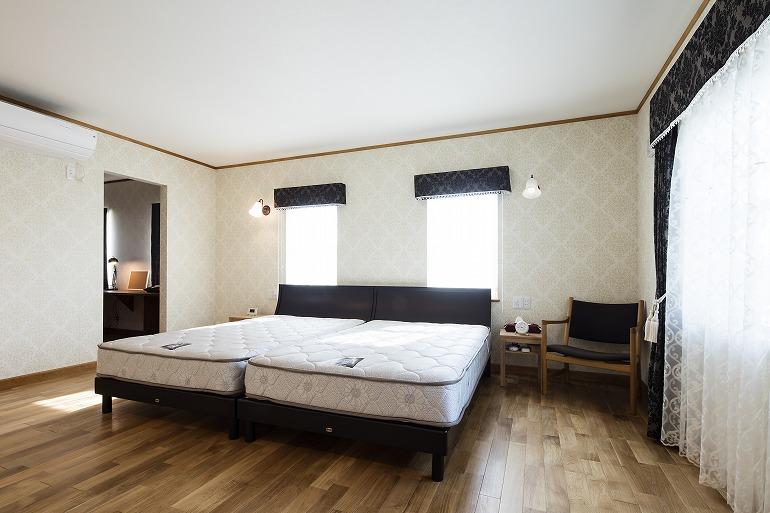 ホテルの一室を思わせる寝室