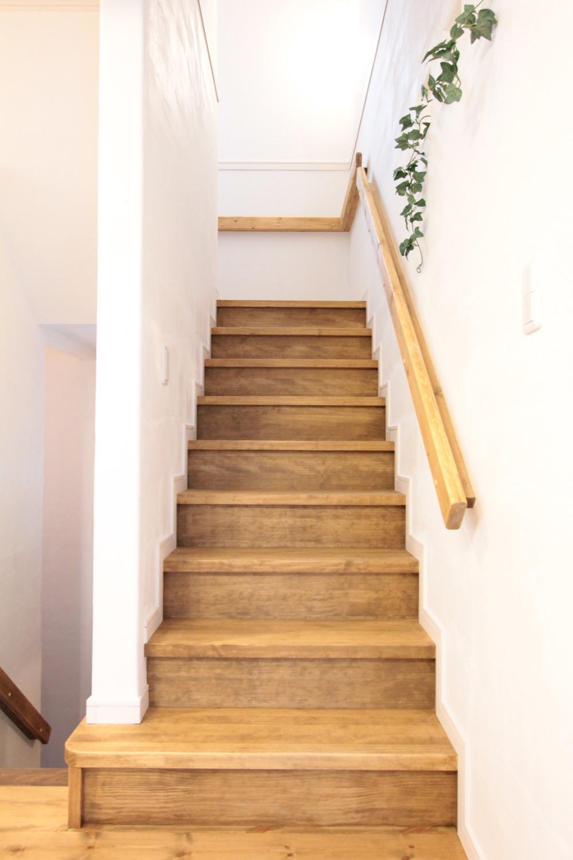 手作りの手すりに手塗りの壁職人の手作業が光る階段