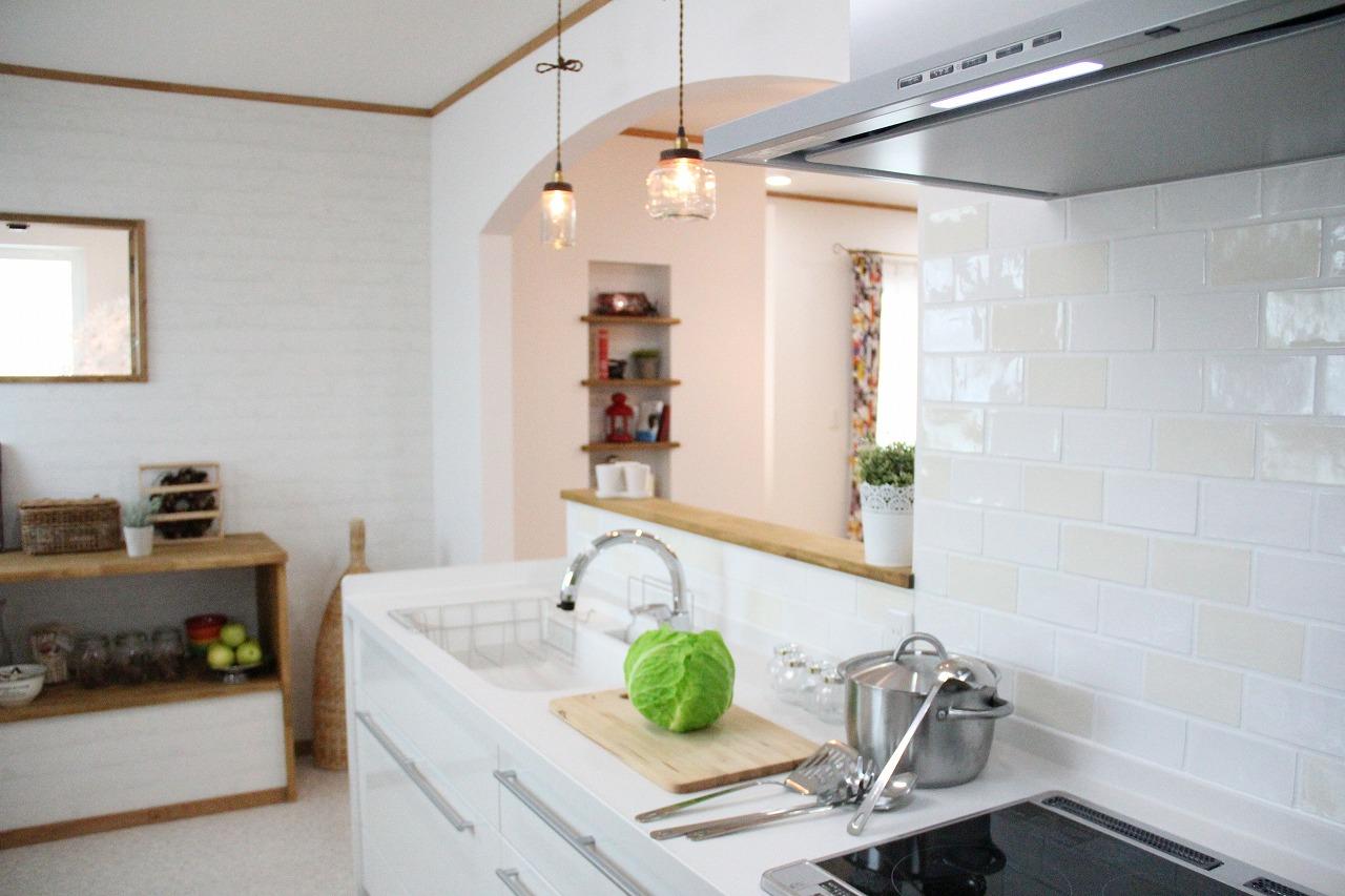 白で明るい雰囲気のキッチン